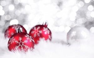 kerstachtergrond kerstbal rood sneeuw